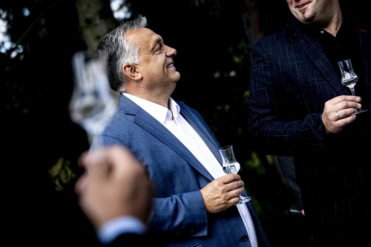 Orbán Viktor pálinkázik
