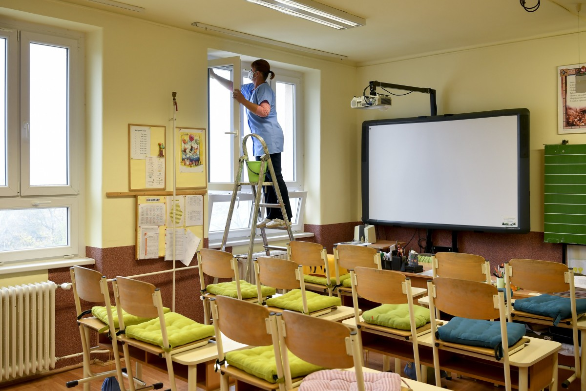 Fertőtlenítés a debreceni Szoboszlói Úti Általános Iskolában