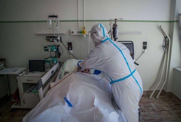 Lélegeztetőgépen egy koronavírusos beteg