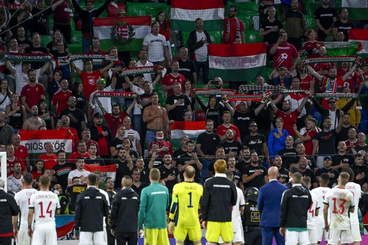 A magyar válogatott tagjai a szurkolók előtt a koronavírus-járvány miatt 2021-re halasztott 2020-as labdarúgó Európa-bajnokság F csoportjának utolsó fordulójában játszott Németország - Magyarország mérkőzés végén a müncheni Allianz Arénában 2021. június 23-án. Németország-Magyarország 2-2. MTI/Kovács Tamás